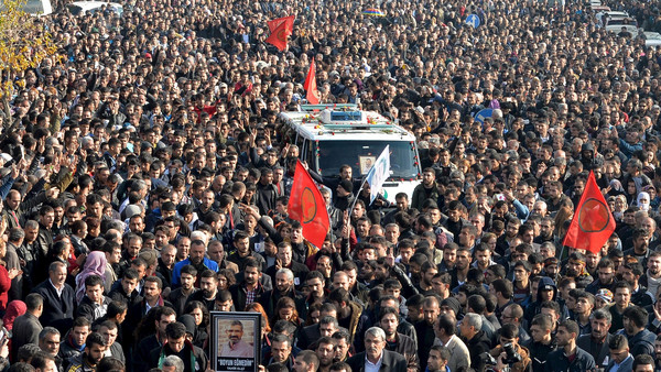 Thousands march during the funeral of the Bar Association President Tahir Elci in Kurdish dominated southeastern city of Diyarbakir, Turkey, November 29, 2015. An unidentified gunman on Saturday killed a top Kurdish lawyer who had been criticised in Turkey for saying the banned Kurdistan Workers Party (PKK) was not a terrorist organisation. REUTERS/Stringer          EDITORIAL USE ONLY. NO RESALES. NO ARCHIVE      TPX IMAGES OF THE DAY